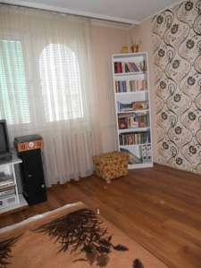 Szolnokon az Ady Endre úton 10. emeleti, 49 m2-es lakás eladó.