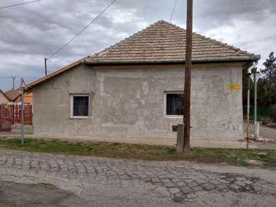 Eladó Tiszaföldváron egy felújítandó családi ház!