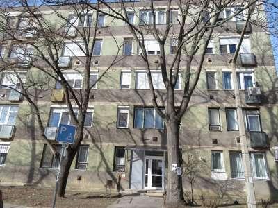 Felújítandó 1.emeleti lakás Szolnok belvárosában eladó!