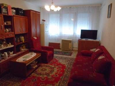 Eladó másfél szobás, földszintes lakás Szolnok központjában!