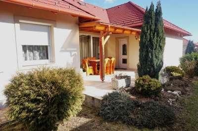 Veszprémben, csendes utcájában földszinti szép családi ház!