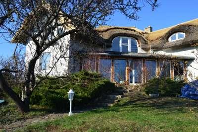 Gyönyörű helyen, kívül-belül térrel rendelkező Balaton felvidéki ház!