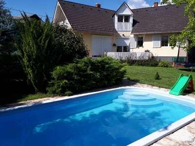 Családi ház medencével, remek helyen