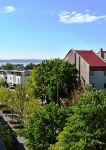 Kétszintes panorámás téglalakás- eladó lakás Balatonfüreden