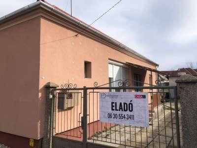 Győr-Szabadhegy kedvelt utcájában családi ház eladó!
